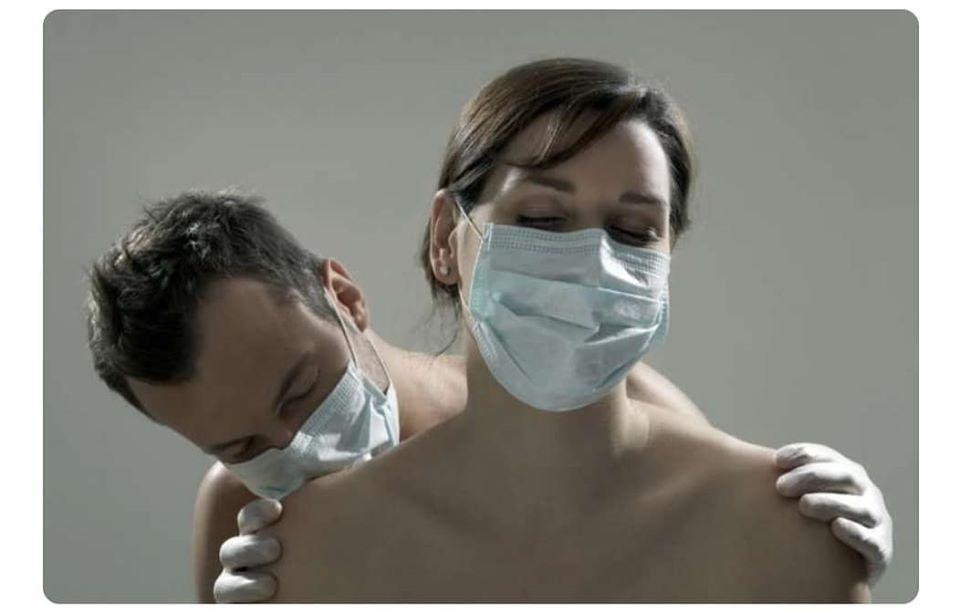Pessoas deveriam fazer sexo de máscara durante a pandemia do coronavírus, diz especialista
