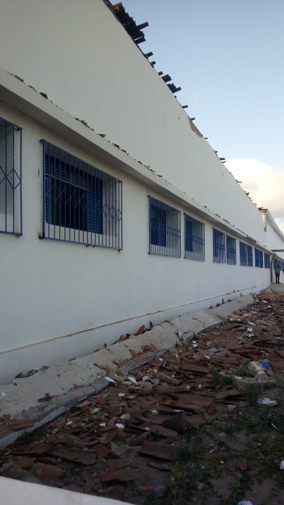 OBRA SONRISAL  -  Teto de escola estadual entregue pelo governo há seis meses desaba e deixa jovens sem aulas
