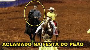 SENSACIONAL! Bolsonaro monta em cavalo e é ovacionado na Festa de Barretos (25/08/2018)